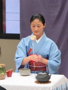 Japonaise prépérant le thé